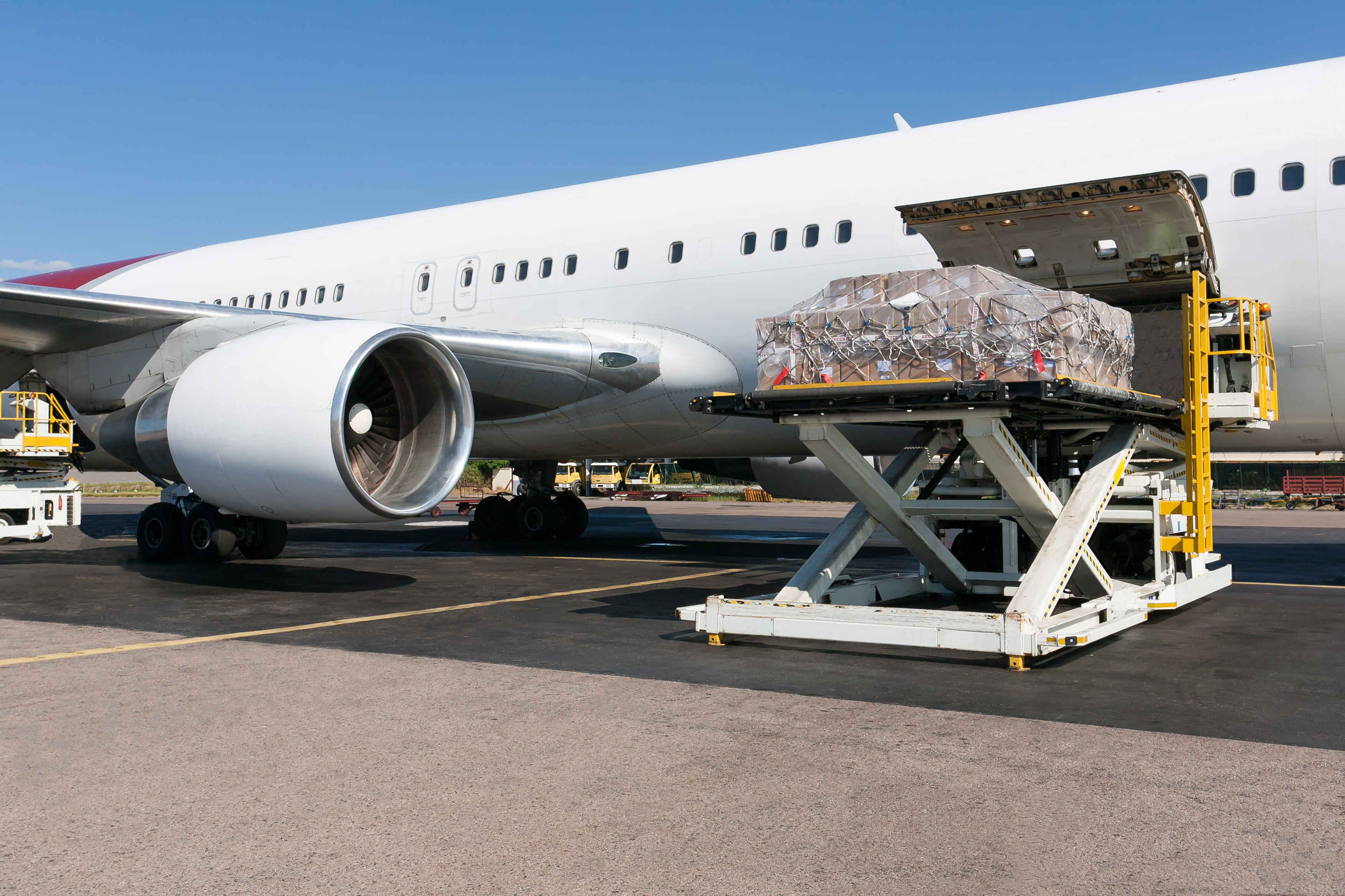 photodune-534979-loading-freight-in-airplane-l.jpg